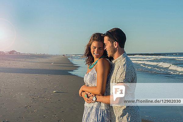 Romantisches junges Paar umarmt sich am Strand  Spring Lake  New Jersey  USA