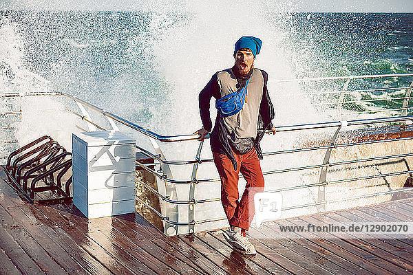 Hipster gegen Reling  Meeresrauschen im Hintergrund