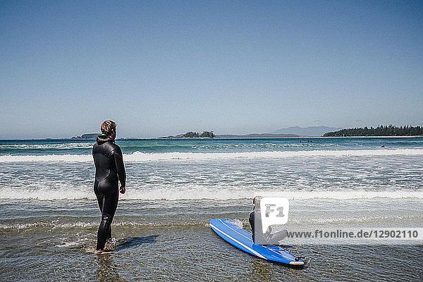 Vater und Tochter beim Surfen am Strand  Tofino  Kanada