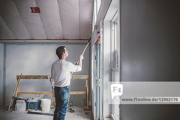 Maler-Dekorateur  der im Inneren des Gebäudes arbeitet