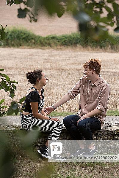 Paar genießt die Landschaft
