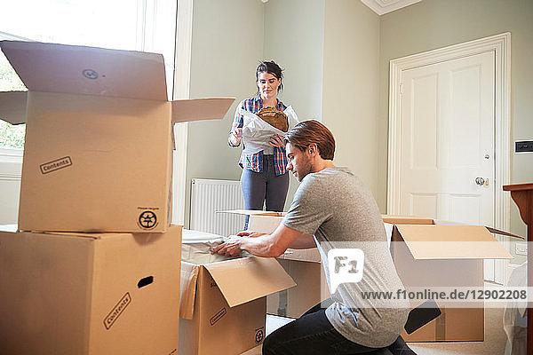 Zusammenpacken von Gegenständen in Pappkartons