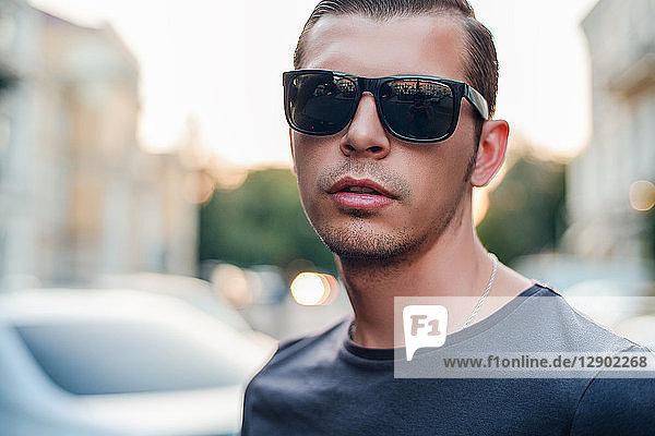 Mittelgroßer erwachsener Mann mit Sonnenbrille  Porträt