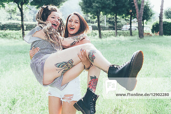 Freundinnen spielen im Park