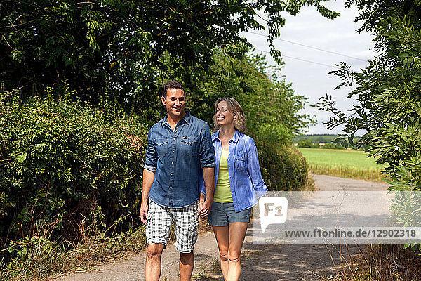 Älteres Ehepaar beim Spaziergang auf der Landstraße