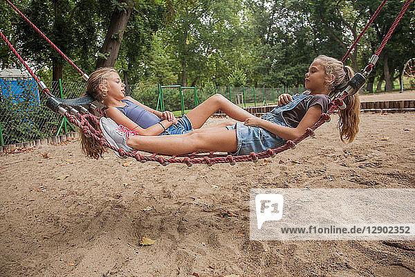 Mädchen entspannen sich auf dem Netzschwung