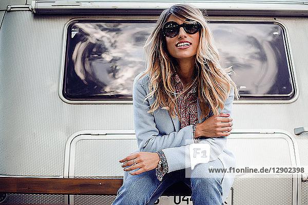 Frau posiert in der Nähe des Wohnwagens