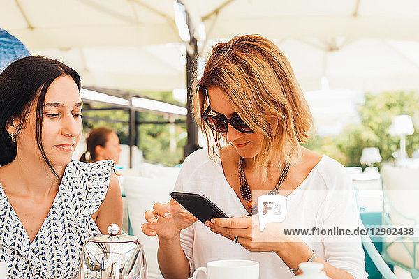 Frauen beim Tee auf der Terrasse