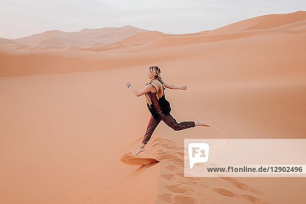 Frau läuft in der Wüste  Douba  Marokko
