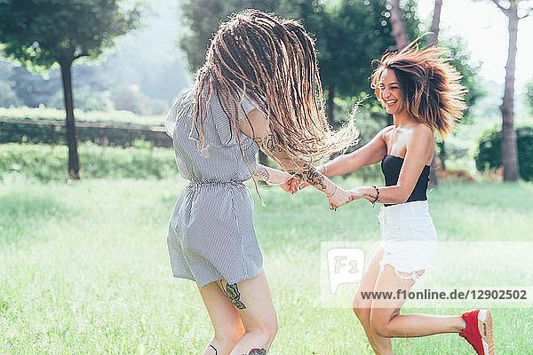 Tanzende Freundinnen im Park