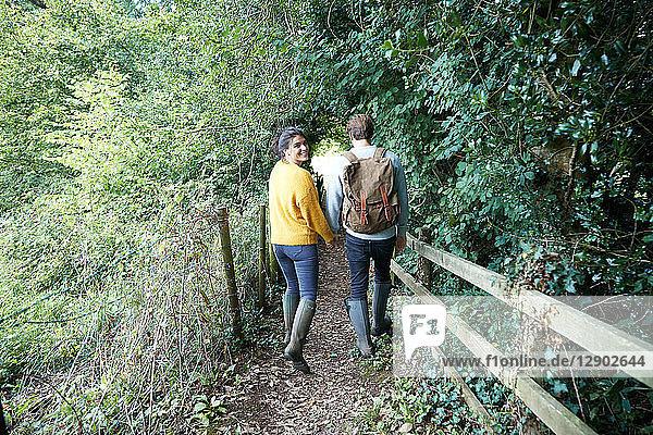 Wandererpaar beim Wandern auf dem Land