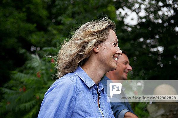 Reifes Paar lächelt beim Spaziergang im Garten