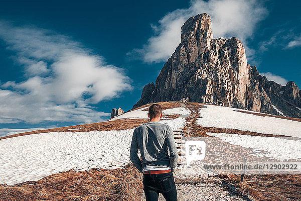 Mann steht Schritte zum Felsen  Francenigo  Venetien  Italien