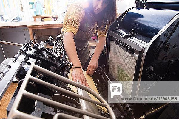 Frau bereitet Drucker im Geschäft vor