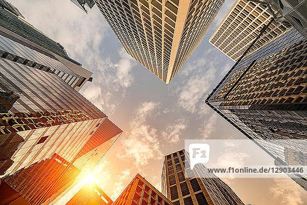 Sonnenuntergang auf der Skyline eines Wolkenkratzers in Hongkong