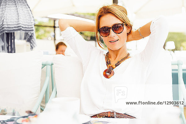 Frau entspannt sich auf der Terrasse
