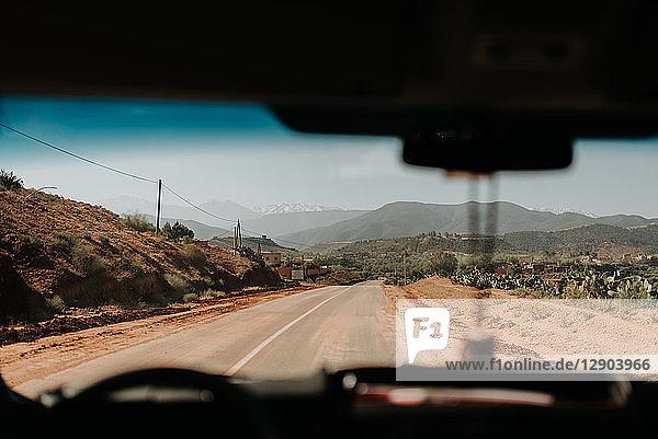 Auto auf der Straße durch das Atlasgebirge  Marokko