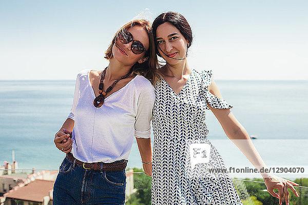 Freunde auf der Terrasse am Meer  Odessa  Ukraine