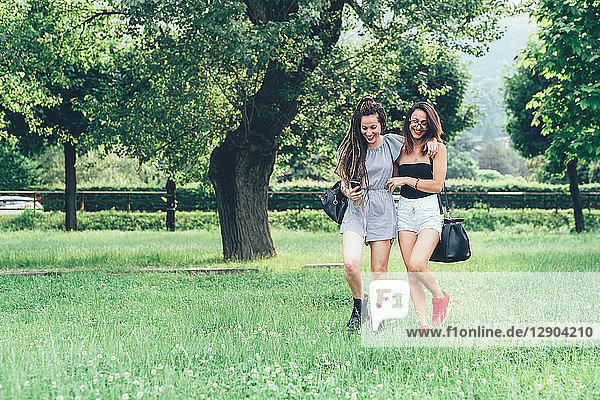 Freundinnen beim Spaziergang im Park