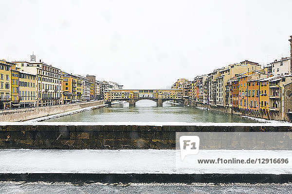Italy  Florence  view to Ponte Vecchio on a snowy day