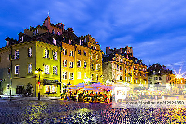Buildings in Plac Zamkowy (Castle Square) at night  Old Town  UNESCO World Heritage Site  Warsaw  Poland