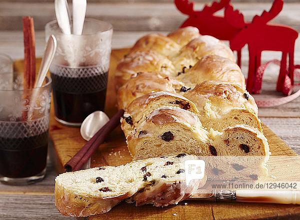 Hefezopf mit Zuckerglasur und Rosinen (weihnachtlich)