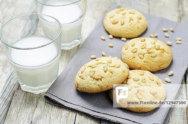 Italienische Pinienkernkekse und zwei Gläser Milch