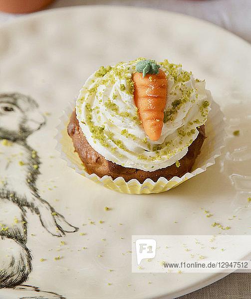 Möhren-Cupcake mit Buttercreme  Pistazien und Marzipanmöhre