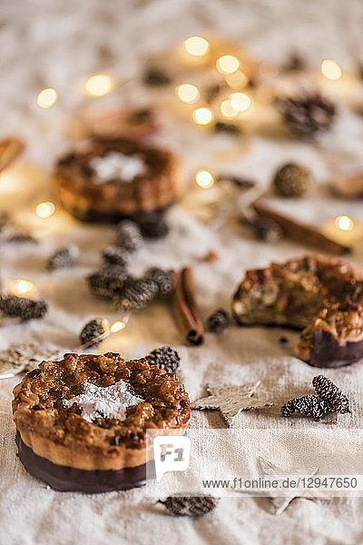 Weihnachtliche Florentiner-Törtchen mit Schokoladenglasur