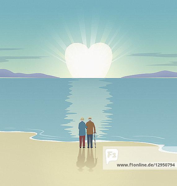 Älteres Paar beobachtet herzförmigen Sonnenuntergang