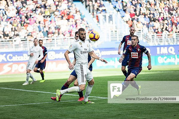Karim Benzema (L) and Ruben Peña (R) dispute the ball during the La Liga match between Eibar and Real Madrid CF at Ipurua Stadium on November 24  2018 in Eibar  Spain