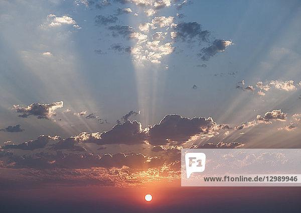 Sonnenuntergang mit Sonnenstrahlen