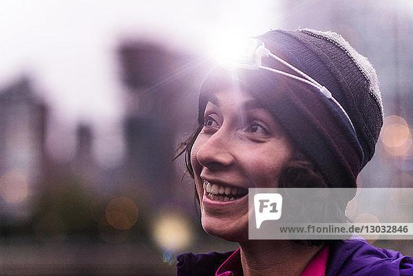 Läufer mit Scheinwerfer im städtischen North Vancouver  Kanada