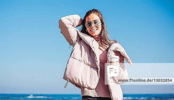 Stilvolle Frau mittleren Alters am Strand vor blauem Himmel  Porträt  Odessa  Odeska Oblast  Ukraine