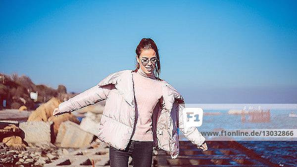 Stilvolle Frau im mittleren Erwachsenenalter balanciert am Strand  Odessa  Odeska Oblast  Ukraine