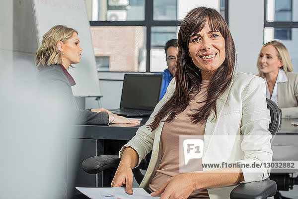 Geschäftsmann und Geschäftsfrau bei Treffen im Amt