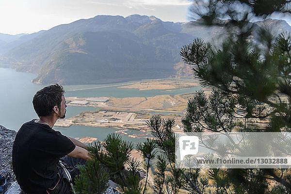 Männlicher Bergsteiger mit Blick auf den See vom Chief aus  Squamish  Britisch-Kolumbien  Kanada