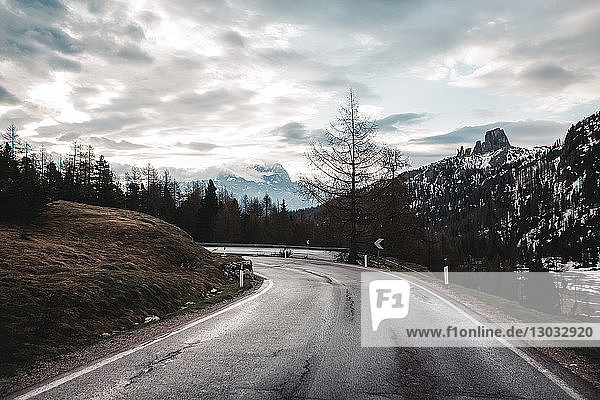 Landstraße in schneebedeckten Bergen  Dolomiten  Italien