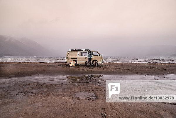 Frau und Haushunde im Wohnmobil am Strand  Chile