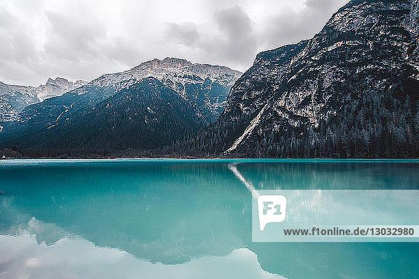 Landschaft mit türkisfarbenem See und schneebedeckten Bergen  Dolomiten  Italien