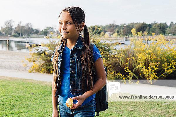 Mädchen genießt Apfel  Long Beach  Kalifornien  USA