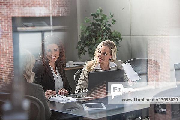 Geschäftsfrauen bei der Sitzung im Amt