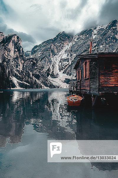Landschaft mit Seeblockhaus und schneebedeckten Bergen  Dolomiten  Italien
