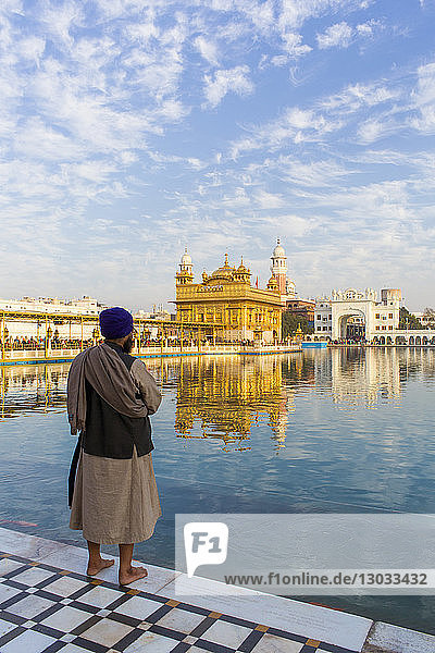 Sikh at The Golden Temple (Harmandir Sahib) and Amrit Sarovar (Pool of Nectar) (Lake of Nectar)  Amritsar  Punjab  India