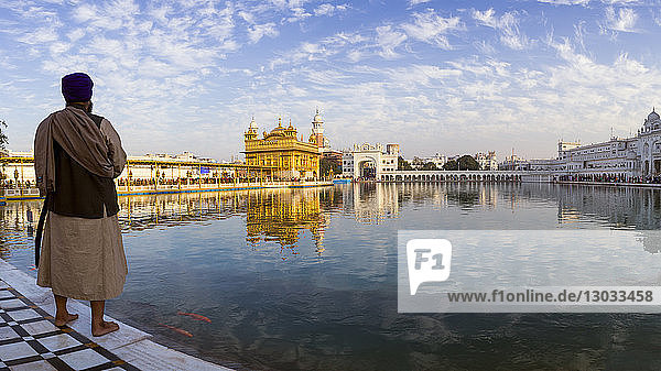 Sikh man at The Golden Temple (Harmandir Sahib) and Amrit Sarovar (Pool of Nectar) (Lake of Nectar)  Amritsar  Punjab  India