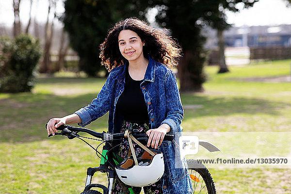 Teenager-Mädchen auf dem Fahrrad