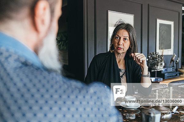 Ehepaar im Gespräch bei Kaffee in der Küche