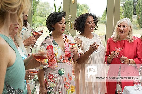 Weibliche Hochzeitsgäste beim Empfang