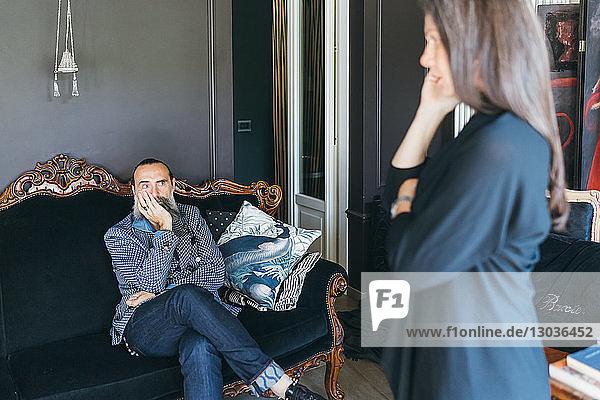 Ehepaar bespricht Problem im Wohnzimmer