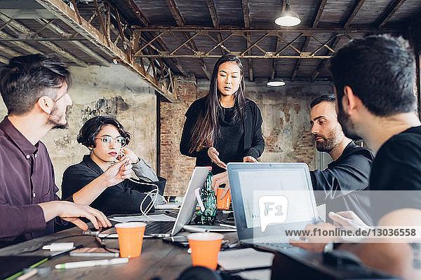 Designer treffen sich im Studio